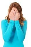 Cubierta de la mujer su cara con las manos Fotografía de archivo libre de regalías