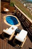 Cubierta de la piscina con las sillas de salón Imagenes de archivo