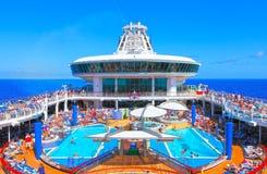 Cubierta de la piscina del barco de cruceros