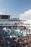 Cubierta de la piscina del barco de cruceros Imagen de archivo