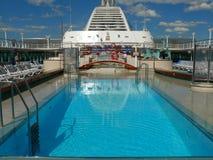 Cubierta de la piscina en el barco de cruceros imagen de archivo
