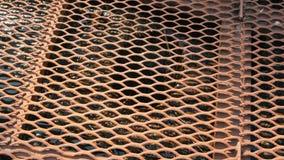 Cubierta de la rejilla del metal de la alcantarilla en una calle Dren de la precipitación excesiva El agua se combina en el tubo  almacen de video