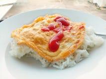 Cubierta de la tortilla en el arroz Foto de archivo