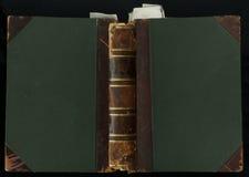 Cubierta de libro de cuero de 200 años limite en cuero y paño, con la señal Fotografía de archivo