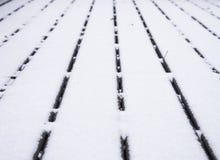 Cubierta de madera cubierta con las líneas convergentes de la nieve Imagen de archivo