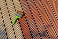 Cubierta de madera de pintura del patio con aceite protector fotografía de archivo