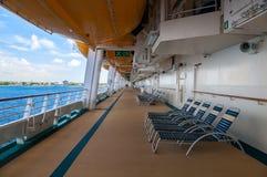 Cubierta de 'promenade' con los botes salvavidases y los sillones Imagen de archivo libre de regalías