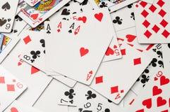 Cubierta de tarjetas dispersada en un fondo negro Foto de archivo libre de regalías