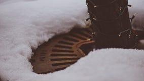 Cubierta de tierra del vintage retro que cubre la tierra por el árbol con nieve y el hielo alrededor en la calle del ` Alene Idah Fotos de archivo libres de regalías