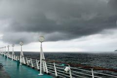 Cubierta de una travesía-línea nave con venir de la tormenta Imagen de archivo libre de regalías