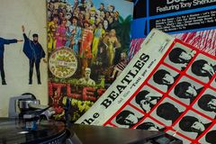 Cubierta del álbum famoso de Beatles Abbey Road con una placa giratoria en el primero plano imágenes de archivo libres de regalías