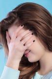 Cubierta del adolescente la cara con la mano Fotos de archivo