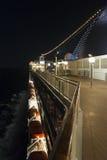 Cubierta del barco de cruceros en la noche Foto de archivo libre de regalías