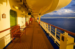 Cubierta del barco de cruceros en la puesta del sol fotos de archivo