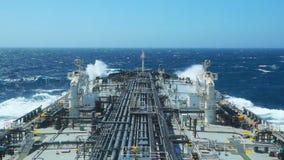 Cubierta del buque de petróleo durante salida del sol metrajes