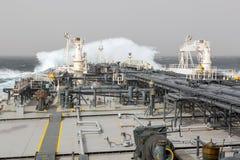 Cubierta del buque de petróleo durante tormenta Foto de archivo libre de regalías