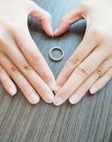 Cubierta del corazón el anillo Fotografía de archivo