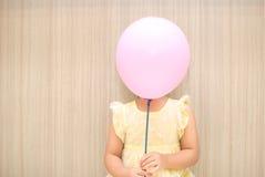 Cubierta del globo una muchacha Fotos de archivo libres de regalías