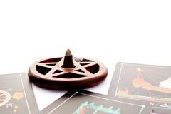 Cubierta del tarot - lecturas del tarot con la hornilla de incienso de madera del pentagram foto de archivo libre de regalías