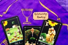 Cubierta del tarot - lecturas del tarot de la relación en la lectura de seda púrpura imagen de archivo libre de regalías