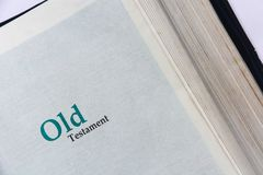Cubierta del viejo testamento en Sagrada Biblia imágenes de archivo libres de regalías