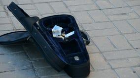 Cubierta del violín Hay dinero en él La gente puso el dinero en la calle almacen de metraje de vídeo