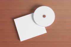 Cubierta en blanco del disco compacto en fondo de madera Fotos de archivo libres de regalías