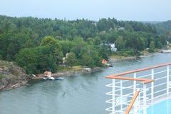 Cubierta grande del barco de cruceros cerca de la aldea Fotos de archivo libres de regalías