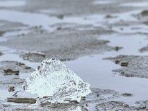 Cubierta helada inferior costera del invierno Andscape helado con los pedazos quebrados de hielo azul imágenes de archivo libres de regalías