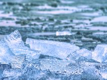 Cubierta helada inferior costera del invierno Andscape helado con los pedazos quebrados de hielo azul fotografía de archivo libre de regalías