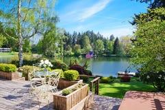 Cubierta hermosa cerca del lago con paisaje del resorte. Foto de archivo