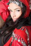 Cubierta hermosa de la chica joven con la bufanda roja Foto de archivo