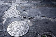 Cubierta NYC del agujero del hombre Fotografía de archivo libre de regalías