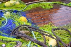 Cubierta profesional de madera del barco de la red de los trastos de Fishemen Imágenes de archivo libres de regalías