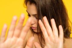 Cubierta puesta muchacha de las manos del rechazo de la denegación de la negación fotos de archivo