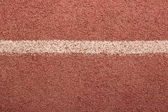 Cubierta roja con la raya blanca, textura para su diseño, fondo de los deportes imagen de archivo libre de regalías