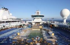 Cubierta típica del barco de cruceros con la piscina, los sunbeds y la barra Imagenes de archivo