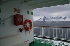 Cubierta vacía del barco de cruceros en el amanecer cubierto Imagen de archivo libre de regalías