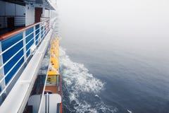 Cubierta y pasamano vacíos del barco de cruceros Foto de archivo