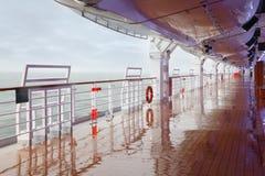 Cubierta y pasamano vacíos del barco de cruceros Fotografía de archivo