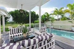 Cubierta y piscina al aire libre Imagenes de archivo