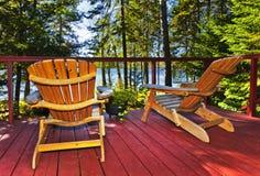 Cubierta y sillas de la cabaña del bosque Imágenes de archivo libres de regalías