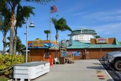 Cubierta y Tiki Bar de los mariscos de las parrillas en el puerto Canaveral imagen de archivo libre de regalías