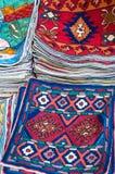 Cubiertas coloridas del amortiguador en venta en una tienda Muttrah Souk, en Muttrah, Muscat, Omán, Oriente Medio foto de archivo