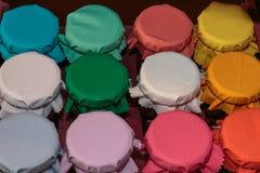 Cubiertas coloridas del tarro de la tela en caja roja fotografía de archivo libre de regalías