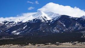 Cubiertas de la alta montaña por la nieve foto de archivo