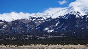 Cubiertas de la alta montaña por la nieve en el invierno Fotografía de archivo libre de regalías