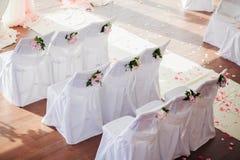 Cubiertas de la silla de la boda con las flores imagen de archivo libre de regalías