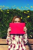 Cubiertas de libro bastante rubias su sonrisa hermosa desvergonzada foto de archivo
