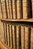 Cubiertas de libros medievales viejos en estante en estante para libros Fotos de archivo libres de regalías